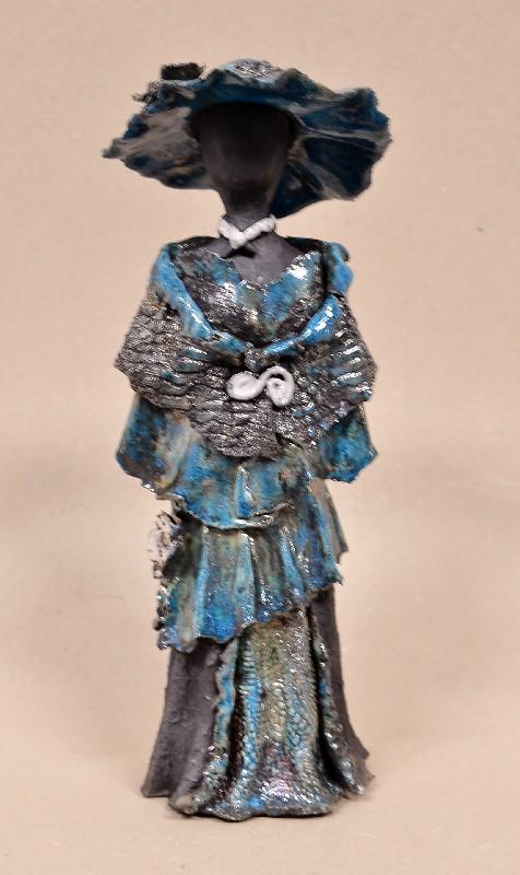 Kvinde i kjole og med hat